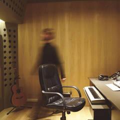 Control room: Oficinas y Tiendas de estilo  por MLL arquitecta