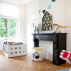 Een verdieping van een herenhuis:  Kinderkamer door Interieur Design by Nicole & Fleur