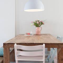 Een romantische woonkamer: landelijke Eetkamer door Interieur Design by Nicole & Fleur
