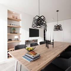 Verbouwing en restyling van een woning:  Eetkamer door Interieur Design by Nicole & Fleur