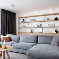 Verbouwing en restyling van een woning:  Woonkamer door Interieur Design by Nicole & Fleur