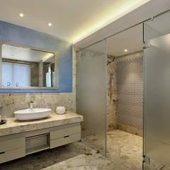 Nikhil patel residence:  Bathroom by Dipen Gada & Associates