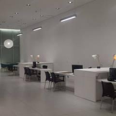 Volvo Showroom: Concesionarios de automóviles de estilo  por Planificación y Proyectos S.A.S., Moderno