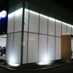 Volvo Showroom: Concesionarios de automóviles de estilo  por Planificación y Proyectos S.A.S.,