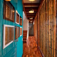 CASA EN PLAYA DEL CARMEN Pasillos, vestíbulos y escaleras rústicos de YUPANA Arquitectos Rústico Bambú Verde