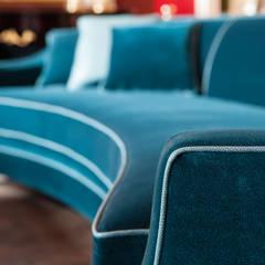 detalle sofa Mis en Demeure by Disak: Oficinas y Tiendas de estilo  de Disak Studio