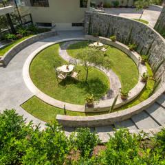 JARDIN COLISEO DE GALLOS: Jardines de estilo  por NIKOLAS BRICEÑO arquitecto, Moderno