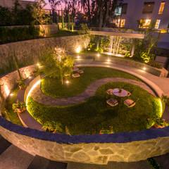JARDIN COLISEO DE GALLOS: Jardines de estilo  por NIKOLAS BRICEÑO arquitecto,