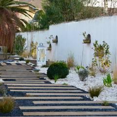 Petit jardin de ville.: Jardin de style  par PATXI CASTRO