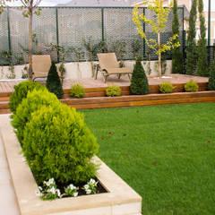 Aravaca: Jardines de estilo  de avidra