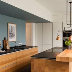 Tischlerküche in Eiche und Granit: moderne Küche von ApM-media