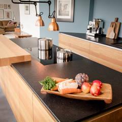 Tischlerküche in Eiche und Granit:  Küche von ApM-media