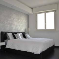 Appartamento Milano Naviglio: Camera da letto in stile  di DCA Studio - Davide Carelli Architetto