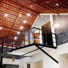 Pasillos y recibidores de estilo  por BETWEENLINES