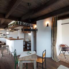 バーカウンターのある漆喰と木のぬくもりを感じる家: アンティークな新築住宅 ラフェルムが手掛けたリビングです。