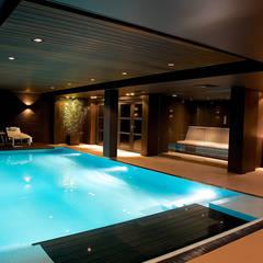 Villa in 't Gooi:  Zwembad door Designa Interieur & Architectuur BNA