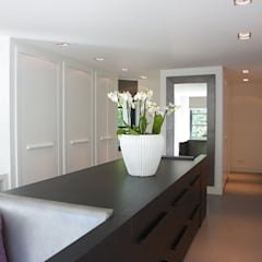 Villa in 't Gooi:  Kleedkamer door Designa Interieur & Architectuur BNA
