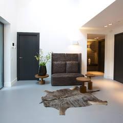 Villa in 't Gooi:  Gang en hal door Designa Interieur & Architectuur BNA