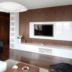 ORZECHOWY BRĄZ: styl , w kategorii Pokój multimedialny zaprojektowany przez Ludwinowska Studio Architektury