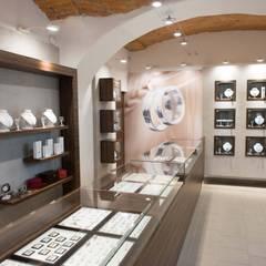 LADA W SALONIE JUBILERSKIM: styl , w kategorii Powierzchnie handlowe zaprojektowany przez 3D STUDIO