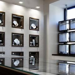 EKSPOZYCJA W SALONIE JUBILERSKIM: styl , w kategorii Powierzchnie handlowe zaprojektowany przez 3D STUDIO