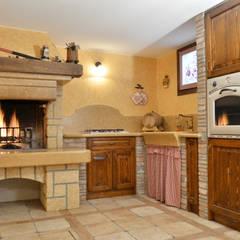 NOSTRE REALIZZAZIONI - cucine in muratura/taverne: Cucina in stile  di SALM Caminetti