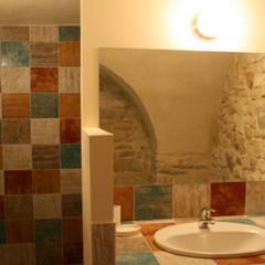 Salle de bain dans un lieu atypique: Salle de bains de style  par JLP HOMEDESIGN