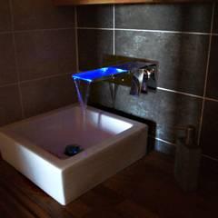 L'eau mise en lumière dans cette salle d'eau ou le bois domine: Salle de bains de style  par JLP HOMEDESIGN