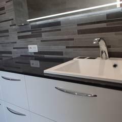 Faïence contemporaine: Salle de bains de style  par JLP HOMEDESIGN