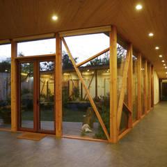 Pasillos y vestíbulos de estilo  por PhilippeGameArquitectos