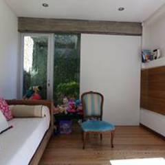 Casa de madera en VILLA ELISA - La Plata: Dormitorios infantiles de estilo rústico por juan olea arquitecto
