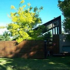 Casa de madera en VILLA ELISA - La Plata: Terrazas de estilo  por juan olea arquitecto