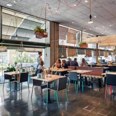 L'Actiu Restaurant: Comedores de estilo  de LOCA Studio