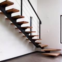 Casa Limonares, Melipilla, RM, Chile: Pasillos y recibidores de estilo  por Landeros & Charles Architects