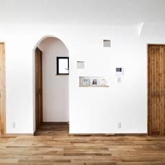 自然素材に包まれた石屋根の家: 遊友建築工房が手掛けた壁です。