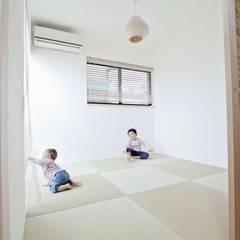 Salas multimedias de estilo  por 遊友建築工房,