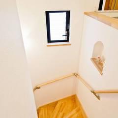 自然素材に包まれた石屋根の家: 遊友建築工房が手掛けた廊下 & 玄関です。