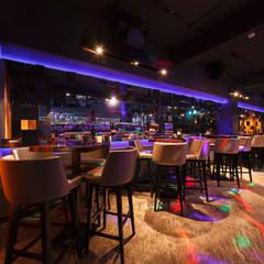 Bar TheWall: Bares y Clubs de estilo  por Oneto/Sousa Arquitectura Interior