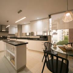 Departamento Malecon Miraflores: Cocinas de estilo  por Oneto/Sousa Arquitectura Interior