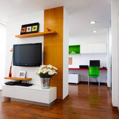 Departamento Piri: Salas de entretenimiento de estilo  por Oneto/Sousa Arquitectura Interior