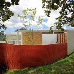Exterior: Paredes de estilo  por Echauri Morales Arquitectos