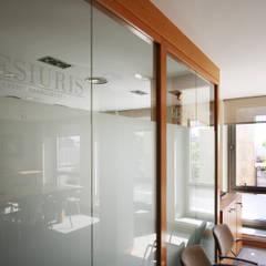 Sala de conferencias: Oficinas y Tiendas de estilo  de Gramona Interiors