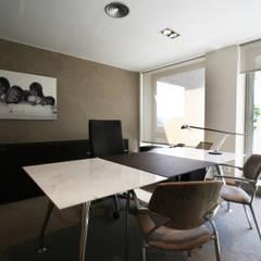 Despacho de dirección: Palacios de congresos de estilo  de Gramona Interiors