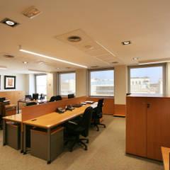 Oficina en Rambla Catalunya: Oficinas y Tiendas de estilo  de Gramona Interiors