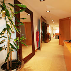 Pasillo: Oficinas y Tiendas de estilo  de Gramona Interiors