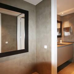 Baños: Oficinas y Tiendas de estilo  de Gramona Interiors