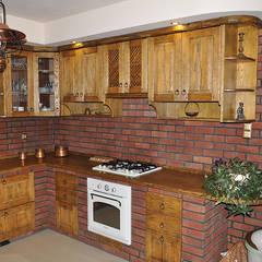 Kuchnia rustykalna: styl , w kategorii Kuchnia zaprojektowany przez Revia Meble i drzwi z litego dębu.