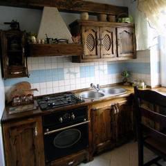 Kuchnia country: styl , w kategorii Kuchnia zaprojektowany przez Revia Meble i drzwi z litego dębu.