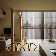 DK~テラス: LIC・山本建築設計事務所が手掛けたダイニングです。