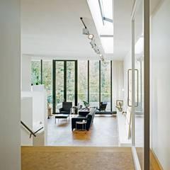 Woonhuis Som: moderne Woonkamer door bv Mathieu Bruls architect